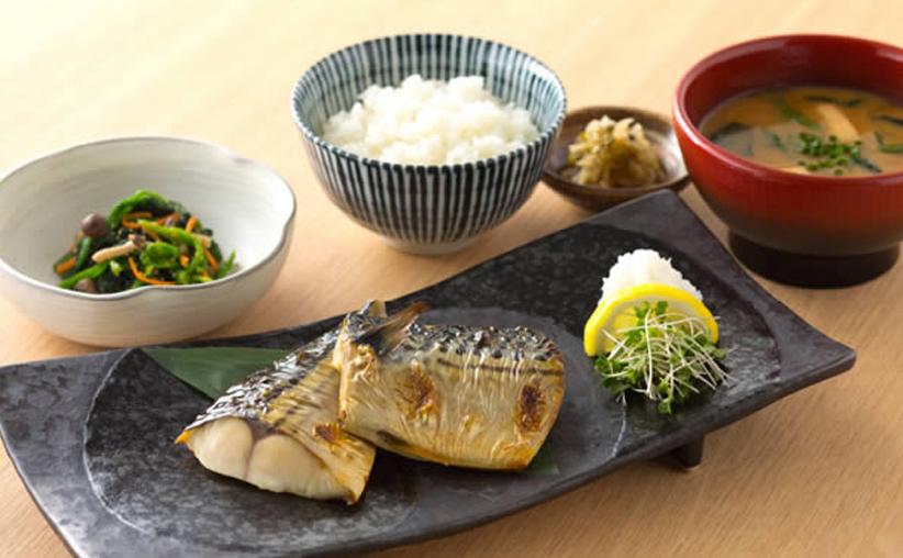 Ichiju Sansai, una sopa y tres platos